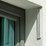 Dieser spezielle Schalldämmlüfter wurde in die Fensterlaibung integriert. Er ermöglicht eine manuelle Lüftung und schützt vor Straßenlärm. Bild: Deutsche Poroton / Gerhard Zwickert