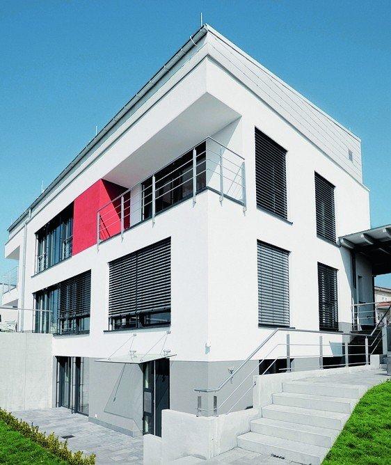 Weiß gestrichenes, zweistöckiges Haus. Bild: Brillux