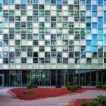 Die Glasfassade ist nicht nur einbruchsicher, sondern auch höchst ästhetisch durch wechselweises Vor- bzw. Zurückkippen der einzelnen Glaselemente. Bild: Schmidt Hammer Lassen Architects/Photographer Adam Mørk