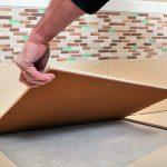 Eine asymmetrische Bodenplatte wird verlegt. Bild: Lindner Group