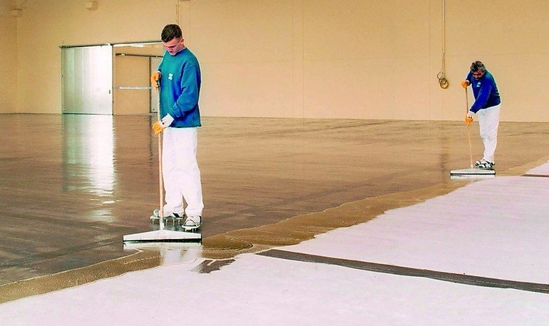 Fließestrich wird auf einen Hallenboden aufgebracht. Bild: Franken-Systems