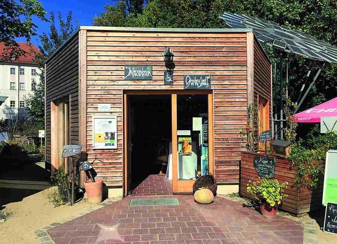 Nachhaltiges Bauen begann bei diesem Holzpavillon bereits unter der Bodenplatte, sodass das Gebäude auf Schaumglas gegründet wurde.