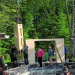 Ohne schweres Gerät konnte auf der Pavillon-Baustelle der Schaumglasschotter in die mit Randdämmsteinen abgegrenzte Baugrube eingebracht werden. Bild: Glapor