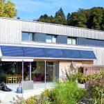 Mit dem Holzbaubetrieb Köfler entstanden beim Neubau auf drei Etagen rund 200 m² zum Wohnen und Arbeiten. Bild: Klimaholzhaus | Lignotrend | Fotograf Frank Brüderli, Stallikon