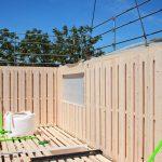 Aus den Brettsperrholz-Rippenelementen werden im Holzbaubetrieb oder auch ab Werkkomplette Wandbauteile vormontiert – mit allen Öffnungen und Details, präzise und witterungsgeschützt. Bild: Klimaholzhaus | Lignotrend | Fotograf Frank Brüderli, Stallikon