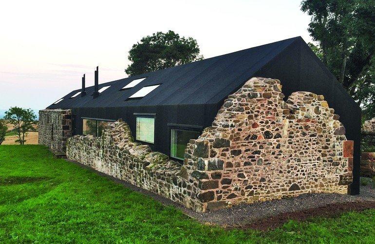 Wasserfest eingeplant: Archaische Baukunst trifft auf High-Tech-Material und fügt sich ästhetisch in die schottische Hügellandschaft ein.