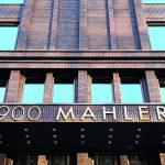 """Die Goldenen Zwanziger Jahre in New York dienten als Inspiration für """"900 Mahler"""". Plakativ schmückt die Adresse die detailreiche Klinkerfassade. Bild: Hagemeister"""