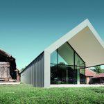 Ein Architektenehepaar aus Ungarn hat ein kreatives Zentrum geschaffen mit futuristischen Formen, Sichtbeton, großen Glasflächen, Metalldach und -fassaden. Bilder: Prefa/Croce