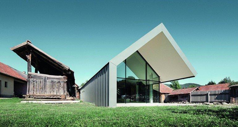 Ein Architektenehepaar aus Ungarn hat ein kreatives Zentrum geschaffen mit futuristischen Formen, Sichtbeton, großen Glasflächen, Metalldach und -fassaden.