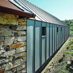 Die Umsetzung mit Prefafalz korrespondiert optisch gut mit der traditionellen Deckung des alten Bauernhauses. Bild: Prefa/Croce