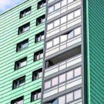 Die Größe der Balkone konnte durch die auf die Außenseite der Fassade verlagerte Wärmedämmebene komplett erhalten bleiben. Bild: Solarlux GmbH, Fotograf Jan Haeselich