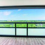 Stets luftiger Freiraum: Jede der 56 Glas-Faltwände ist mit einem 80 cm breiten Lüfter ausgestattet. Bild: Solarlux GmbH, Fotograf Jan Haeselich