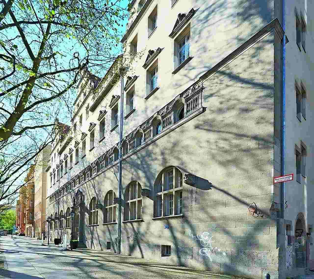 Möglichst originalgetreu saniert wurde das Stadtbad an der Oderberger Straße: ein repräsentativer Bau im Stil der deutschen Neorenaissance.