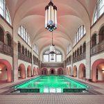 Ein Innenraum wie eine Kathedrale: Dank eines Hubbodens kann die Schwimmhalle nun sowohl als Hallenbad als auch als Eventlocation genutzt werden. Bild: Stephan Falk, Berlin, für Jansen AG
