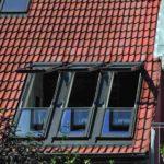 Die geöffneten Balkonfenster sind eine sinnvolle Alternative zum klassischen Balkon, weil der Wohnbereich flexibel als Balkonfläche genutzt werden kann. Bild: Fakro