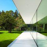 Haus mit Glasfassade mit Dach- und Fundamentauskragungen. Bild: Air-Lux