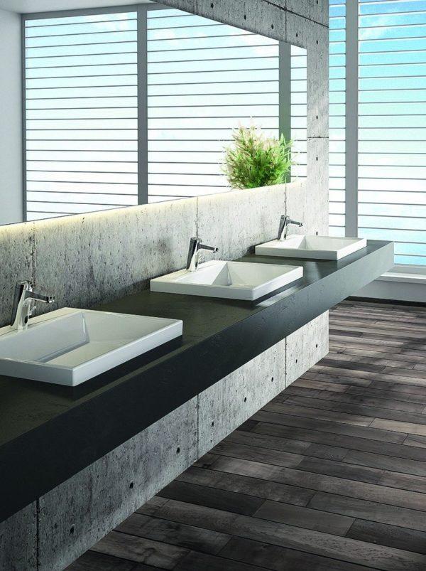 Waschtisch mit drei Becken und durchgängigem Spiegel. Bild: Benkiser Armaturenwerk