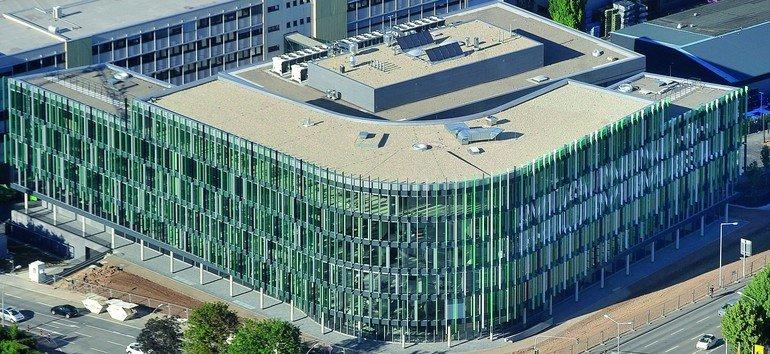 Neues Technologiezentrum mit farbiger Lamellenfassade als Bild für das Hauptprodukt Filter. Bild: Mann+Hummel| Fotograf Werner Kuhnle