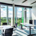 Für das neue Technologiezentrum wurden offene, helle Arbeitsplätze mit hochwertigen Stehleuchten konzipiert. Bilder: Waldmann