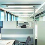 Zwei Arbeitsplätze mit großer Arbeitsfläche werden mit der Lavigo normgerecht ausgeleuchtet. Bild: Waldmann