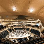 Im Konzertsaal wurden die LED-Leuchtenkörper unsichtbar in die Decke verbaut. Bild: Zumtobel; Fotograf Michael Zapf