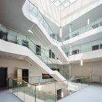 Luftig präsentiert sich der weiß gestaltete Innenraum mit glasdachüberdecktem Atrium. Bild: Piet Niemann (Baustellendokumentation)