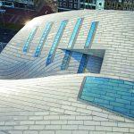 Die neuen Dächer sind hell und luftig dank großer Oberlichter und großzügiger Spannweiten, individuell gefertigt aus Glasfaserbeton-Elementen. Bild:Hufton+Crow