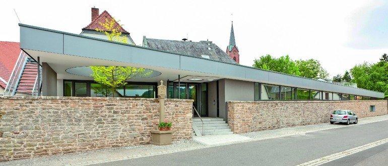 Kindergarten-Neubau mit integrierter historischer Stadtmauer. Bild: Christof Saile