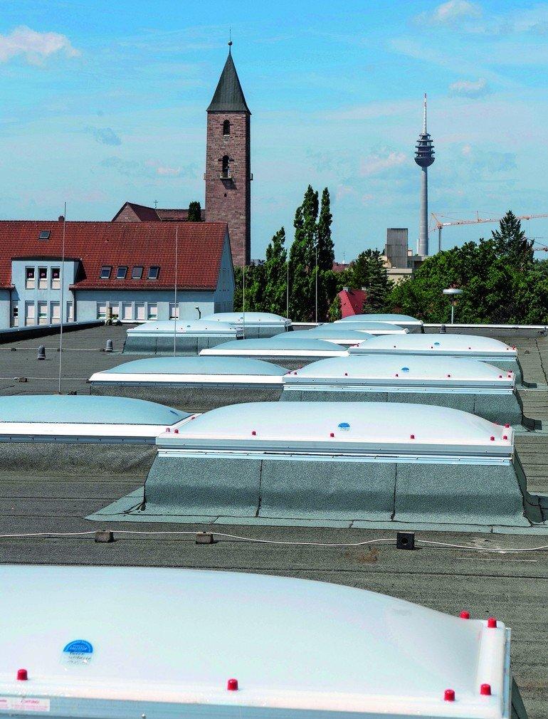 Nachträgliche Lichtkuppel-Beschichtung: 177 Lichtkuppeln wurden durchsturzsicher gemacht. Bilder: Wolfgang Hauck Fotodesign / Kemper