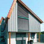 Schräg-Raffstoren eignen sich für nahezu alle asymmetrischen Fensterformen. Bild: Warema