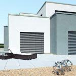Fassaden-Raffstoren gint es auch in extrem windstabilen Ausführungen. Bild: Warema