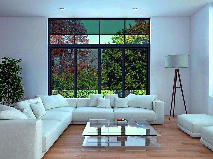 Fensterfront mit halbtransparenten Sonnenschutzrollos. Bild: Schüco International KG