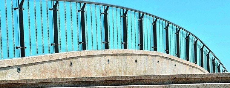 Fußgängerbrücke mit Absturz- und Windschutz aus Glas. Bild: Haverkamp