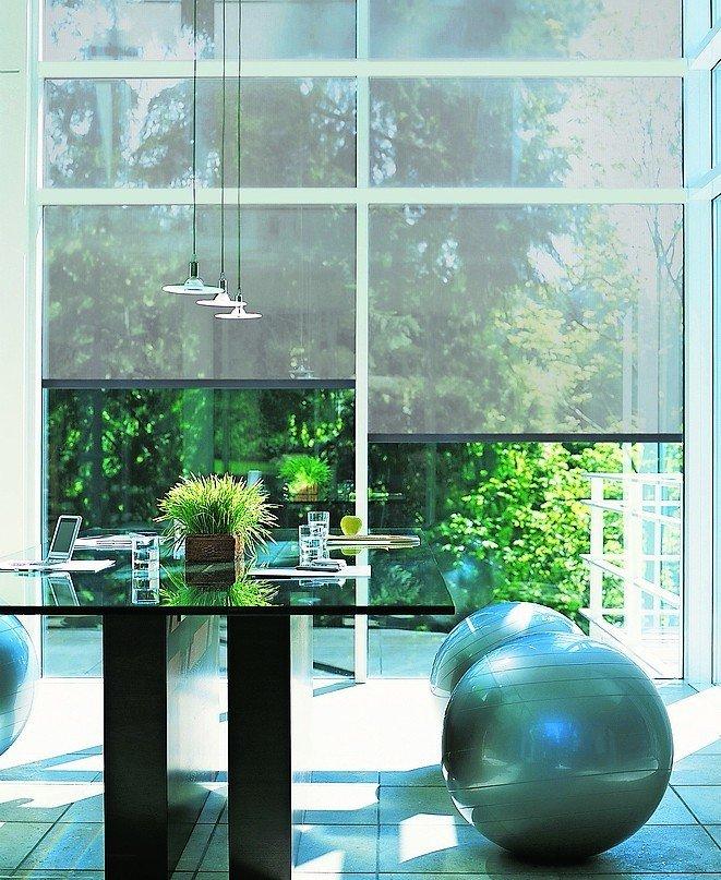 Stockwerkstiefe Fensterfront mit durchgängiger Beschattungslösung. Bild: Alukon
