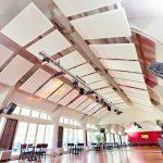 Mit Erfolg den Nachhall reduzieren gelang in diesem Tanzsaal durch nachträglich installierte Deckensegel. Bilder: Knauf/Florian Bilger
