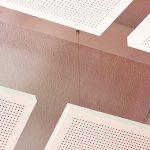 Deckensegel: Hochwertig und ästhetisch: Ein glatter Rahmen fasst das feine Lochbild mit gleich-mäßiger Reihung ein. Bild:Knauf/Florian Bilder
