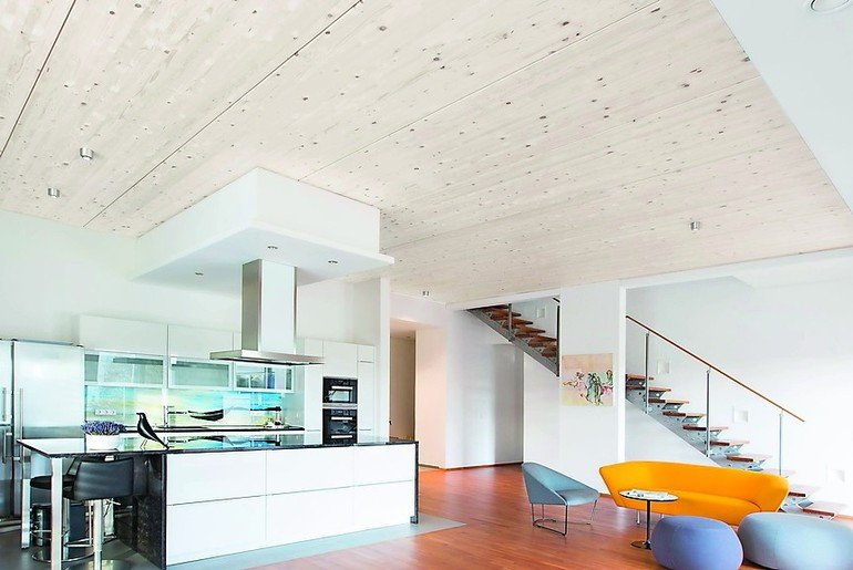 Wohnküche mit Holzdecke. Bild: best wood Schneider