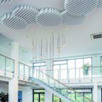 Die Clouds an der Decke des Foyers wirken wie zufällig hingetupfte Wölkchen. Tatsächlich folgen Anzahl und Position der innenarchitektonischen und raum-akustischen Planung. Bilder:Owa