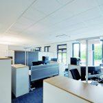 Die dezente Kontur der mineralischen Deckenplatten visualisiert in offenen Bürobereichen die Grenze zwischen Verkehrsflächen und den akustisch wirksamen Decken der Arbeitsbereiche. Bild:Owa
