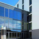 Die Fassade des Technologiezentrums wurde mit elektronisch steuerbaren, tönbaren Fensterscheiben ausgestattet - zu sehen im OG. Bild: Fotograf Adrien Barakat
