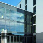 Die komplette Fassade wird aufgrund der Wetterbedingungen automatisch gesteuert; bei transparenter Verschattung geht dabei die Sicht von innen nach draußen nicht verloren. Bild: Fotograf Adrien Barakat