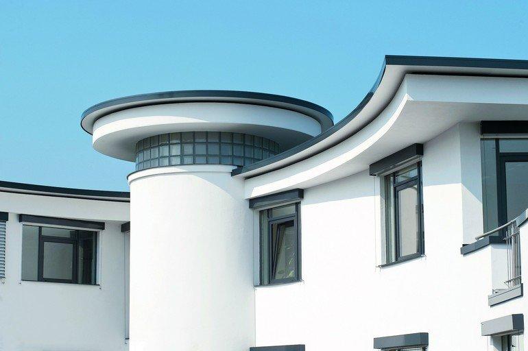 Dachrandprofile an einem Haus mit weißer Fassade
