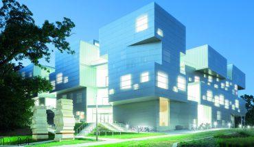 Transluzente Wärmedämmung: Das an Bücherstapel erinnernde Gebäude für Visuelle Künste der Universität von Iowa. Bild: Iwan Baan