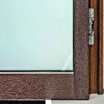 Offene Tür mit sichtbarem Scharnier. Bild: Schörghuber