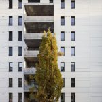 Großzügige Balkone mit geschlossenen Brüstungselementen aus Beton gliedern die Nordfassade. Bild: HHS Planer + Architekten AG, Constantin Meyer