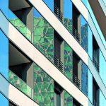 In den Photovoltaikmodulen der Südfassade spiegelt sich die Umgebung. Bild: HHS Planer + Architekten AG, Constantin Meyer