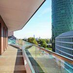 Vom Dachgeschoss aus bietet der durchgehende Balkon weite Ausblicke. Bild: HHS Planer + Architekten AG, Constantin Meyer