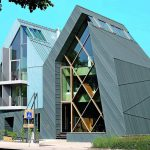 Metalldach- und Fassadenbekleidungen aus Titanzink verleihen einem Doppelhaus im luxemburgischen Grevenmacher eine individuelle und prägnante Dynamik. Bilder: Rheinzink