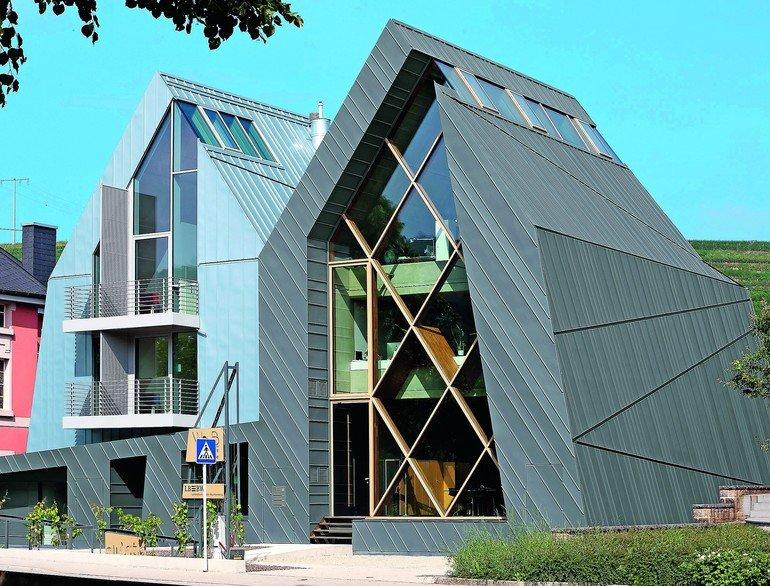 Metalldach- und Fassadenbekleidungen aus Titanzink verleihen einem Doppelhaus im luxemburgischen Grevenmacher eine individuelle und prägnante Dynamik.
