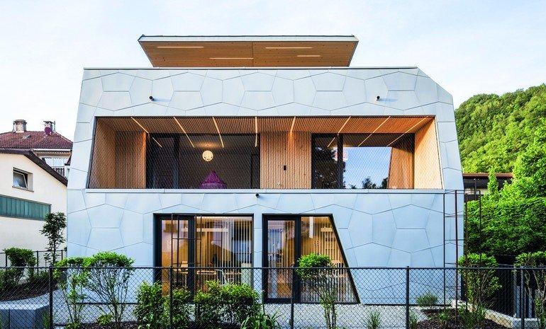 Titanzink-Fassade ohne strenge Rasterung